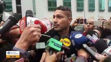 """Paolo Guerrero participa de inspeção em hotel no Peru onde teria sido contaminado - O jogador comentou: """"querem acabar com minha carreira""""."""