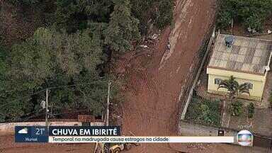 Chuva provoca estragos em Ibirité, na Grande BH - Força da água arrastou parte de um barranco e carros que estavam estacionados.