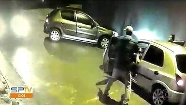 Criminosos roubam quatro carros em menos de uma hora na região do Itaim Paulista - Em um dos assaltos a motoristas, os criminosos fizeram uma emboscada e levaram pânico para uma família que estava com crianças no carro.