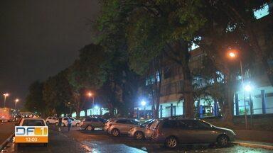 Época de chuvas faz moradores acionar bombeiros contra queda de árvores no DF - Manutenção preventiva ajuda a evitar acidente. Comunicado aos bombeiros deve ser feito assim que morador identificar risco de queda.