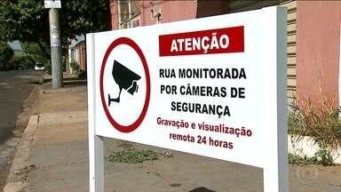 Moradores e comerciantes investem por conta própria em medidas de segurança - Em Ribeirão Preto (SP), câmeras foram instaladas e ajudaram a identificar criminosos. Segundo a associação de moradores, roubos e furtos diminuíram.