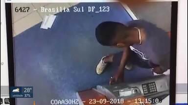 """Dois homens foram presos por adulterar caixas eletrônicos na W3 Sul - Eles foram pegos em flagrante quando instalavam um aparelho para """"pescar"""" os envelopes de depósito dos clientes."""