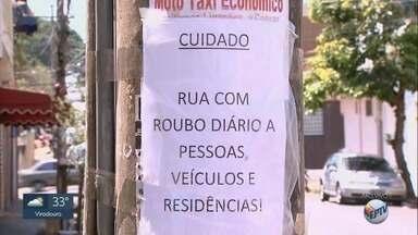Moradores reclamam de insegurança no Jardim Paulista em Ribeirão Preto - Vizinhos colocaram cartaz em poste alertando sobre os riscos de furtos e roubos.