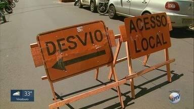 Construção de ponte interdita a Rua José Bonifácio em Ribeirão Preto - Quarteirão entre a Rua Visconde do Rio Branco e a Avenida Francisco Junqueira deve ficar bloqueado até terça-feira (25).