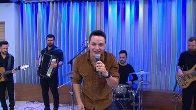 Gaúcho Léo Pain canta por uma vaga na final do 'The Voice Brasil' - Assista ao vídeo.