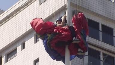 Piloto de parapente fica preso em poste durante aterrizagem - Aposentado ficou cerca de 2 horas pendurado em um poste no bairro Itararé.