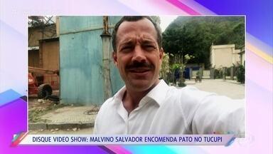 Malvino Salvador encomenda prato típico de Manaus - Vivian Amorim, que também é manauara, foi a encarregada de levar o pato no tucupi para o ator, nos bastidores de 'Orgulho e Paixão'