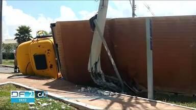Caminhão bate em poste e tomba no Park Way - O acidente foi por volta de meio dia, o trânsito foi bloqueado na entrada da quadra Quadra 5.