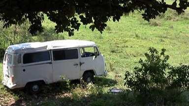 Duas pessoas ficam feridas após kombi capotar em Santa Isabel - Acidente foi na Estrada do Santíssimo.