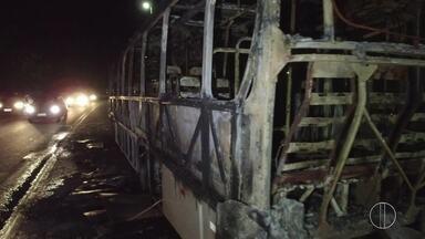 Ônibus é incendiado no distrito de Tamoios, em Cabo Frio, no RJ - Assista a seguir.