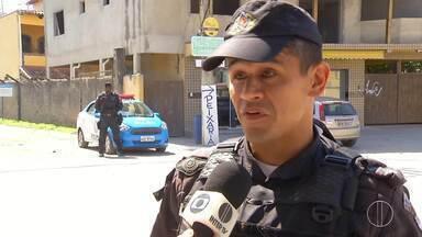 Polícia investiga caso de bebê resgatado em pedreira de São Pedro da Aldeia, no RJ - Criança estava com um homem que foi identificado como pai e estava aparentemente drogado.