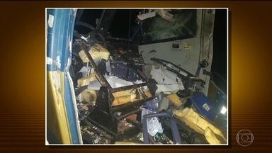 Quadrilha explode carro-forte no rodoanel em Suzano (SP), e trocam tiros com seguranças - O carro-forte estava carregado com dinheiro foi atacado por bandidos na região metropolitana de São Paulo. A quadrilha estava em dois carros e trocaram tiros com os seguranças que faziam a escolta. Motoristas ficaram no meio do tiroteio.