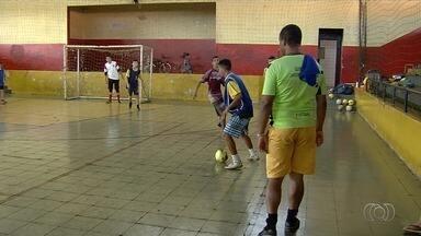 Porteiro idealiza projeto de futebol para 60 jovens carentes - Treinos acontecem no ginásio do Jardim Guanabara, em Goiânia