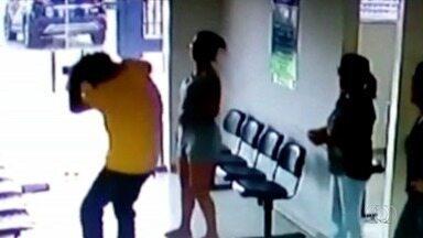 Vídeo mostra mulher batendo em namorado dentro de delegacia após ele ir denunciá-la - Imagens mostram quando vítima cai no chão após ser atingido na cabeça com chave. Suspeita, que tentou resistir a prisão e também feriu policial, foi detida em flagrante.