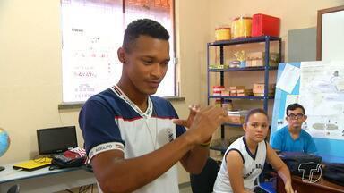 Projetos propagam o ensino da Libras para facilitar a comunicação entre as pessoas - O Dia Nacional do Surdo é comemorado nesta quarta-feira (26) e o JT2 mostra algumas iniciativas que fazem a inclusão destas pessoas na sociedade.