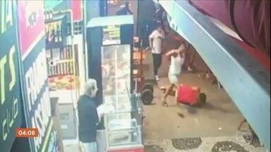 Pai é morto na frente da família ao tentar proteger seu filho durante assalto no RJ - Um menino de dez anos viu o pai ser morto com um tiro no rosto no Rio de Janeiro. A tragédia foi num bar. Segundo a mãe, o marido dela reagiu depois que um bandido armado ameaçou a criança.