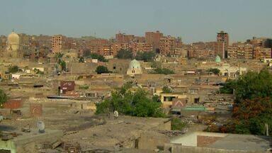 Cidade dos Mortos: famílias vivem entre túmulos de cemitério no Egito - Moradores mais pobres do Cairo invadiram a área que possui tumbas de 1.400 anos. Não se sabe ao certo quantas pessoas moram no local. A maioria veio por não ter como pagar aluguel.