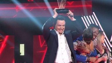 Vencedor do The Voice, Léo Pain chega a Santa Maria em carro dos bombeiros - Gaúcho de 34 anos também deu a Michel Teló, seu técnico, a quarta vitória. Na chegada em casa, a festa foi à moda gaúcha, com música, churrasco e chimarrão.