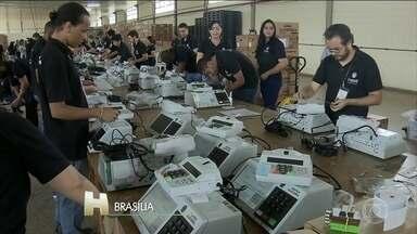 Justiça Eleitoral está terminando o carregamento e a lacração das urnas eletrônicas - Nessa eleição vão ser usadas 556.628 urnas, em todo o Brasil.