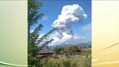 Depois de terremoto e tsunami, ilha na Indonésia enfrenta vulcão, que entrou em erupção - Já chega a 1.407 o número de mortos, na Indonésia, em decorrência do terremoto. As Nações Unidas anunciaram que vão enviar o equivalente a 57 milhões de reais para ajudar as vítimas.
