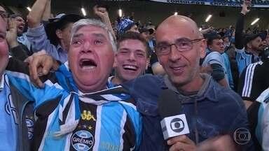 Mesmo sem enxergar, Seu Roger realiza sonho de sentir jogo do Grêmio na Arena - Mesmo sem enxergar, Seu Roger realiza sonho de sentir jogo do Grêmio na Arena