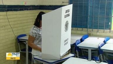 Dia da votação é marcado por cidadania e esperança em Pernambuco - Dia das eleições registrou grandes filas e chuvas em alguns locais. Pernambuco é o 7º estado em número de eleitores.