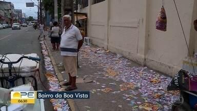 Santinhos de candidatos se acumulam e poluem ruas e canaletas no Grande Recife - Lixo é encontrado principalmente em frente aos pontos de votação.