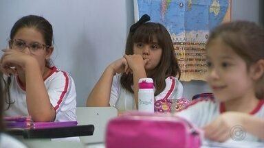 Número de estudantes estrangeiros matriculados aumenta em escolas de Rio Preto - O número de estudantes estrangeiros matriculados nas escolas municipais de São José do Rio Preto (SP) aumentou desde o início do ano. A principal causa da mudança é a vinda dos refugiados ao Brasil em busca de uma vida melhor.