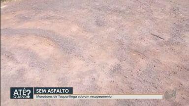 Rua quase sem asfalto é alvo de reclamação de moradores em Taquaritinga, SP - Moradores do bairro Sobral dizem que outras ruas do bairro foram recapeadas, mas uma ficou fora dos serviços da Prefeitura.