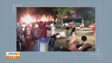Incêndio em vegetação próxima a faculdade assusta, na Zona Centro-Sul de Manaus - Fato ocorreu na noite desta segunda-feira (8).