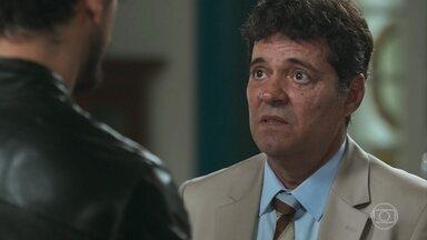 Américo tenta se explicar para Alain - Cris chega e diz que não quer falar com ele
