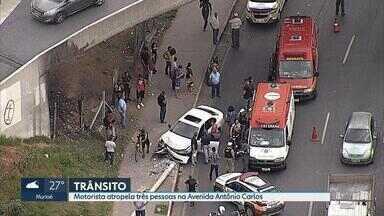 Motorista perde controle da direção, causa atropelamento e bate em poste em BH - De acordo com a PM, acidente foi na Avenida Antônio Carlos, na altura do bairro Lagoinha, na Região Noroeste.