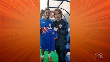 Melhor do mundo, Modric posa com camisa de time goiano - Jogador da Croácia tira foto com jogador goiano e exibe camisa da Canedense em jogo-treino.