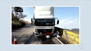 Caminhão carregado de produtos agrícolas bate na Serra da Viúva, em Santana do Paraíso - Segundo o motorista, o veículo apresentou problemas no freio e se chocou com a mureta de proteção; pista teve que ser interditada.