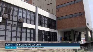 Polícia identifica cinco suspeitos da agressão a um servidor público no centro de Curitiba - Segundo testemunhas, o rapaz de 26 anos foi agredido por integrantes de uma torcida organizada.