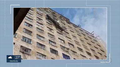 Andaime fica pendurado com pessoas presas no Edifício Maletta, em BH - Por volta das 10h20, as três pessoas foram retiradas pela janela do prédio, que é um dos mais tradicionais da cidade.