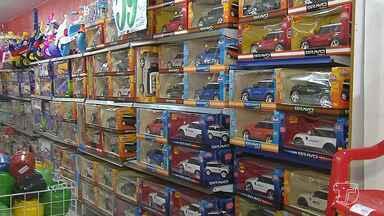 Veja os cuidados que se deve ter na hora de comprar brinquedos para as crianças - O Dia das Crianças está chegando, mas os pais que estão pensando em comprar brinquedos precisam se atentar para a qualidade e se eles têm o selo de segurança do Inmetro.
