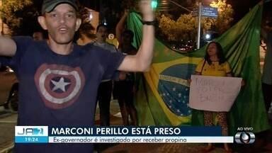 Pessoas comemoraram prisão de Marconi Perillo na porta da PF em Goiânia - Ex-governador de Goiás foi preso enquanto prestava depoimento sobre suspeitas de pagamento de propina.