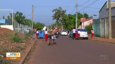 Falta sinalização: crianças correm riscos em rua estreita em frente de escola - Falta sinalização: crianças correm riscos em rua estreita em frente de escola
