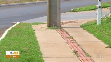 Poste no meio de calçada compromete sinalização para pessoas deficiência física - Poste no meio de calçada compromete sinalização para pessoas deficiência física