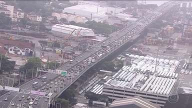 Estradas brasileiras registram alta movimentação de veículos no feriadão - No Rio de Janeiro, o fluxo é intenso nos acessos da Ponte Rio-Niterói, principal ligação da região metropolitana com a região dos Lagos. Em São Paulo, é grande a movimentação em direção ao Litoral Paulista.