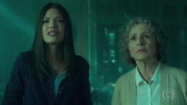 Diante de tanta insistência, a senhora deixa Margot entrar com Cris - Cris mostra o quadro pra ela e descobre que foi novamente trocado por outro