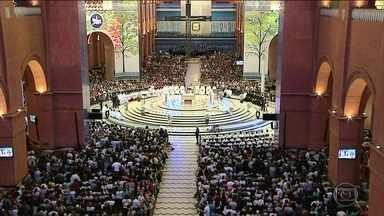 Na basílica de Aparecida, mais de 45 mil pessoas se juntam para demonstrar fé - Interior da basílica tem espaço chamado de Sala das Promessas