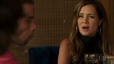 Laureta pede para Robinho ir atrás de Luzia - A vilã comemora notícia do paradeiro de Groa