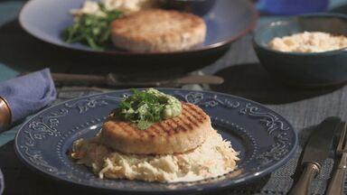Hambúrguer De Salmão, Coleslaw E Maionese De Ervas