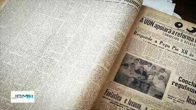 Livro 'Phelippe Daou - O Jornalista' é lançado em Manaus - Obra é composta por fotos, textos e notícias impressas redigidas pelo jornalista.
