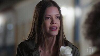 Cris acredita que André tenha lhe enviado a rosa - A atriz desabafa com Margot sobre o comportamento de Alain com Priscila