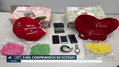 Homens são presos com 3 mil comprimidos de ecstasy enviados pelos Correios no Recife - Droga estava dentro de almofadas em formato de coração.