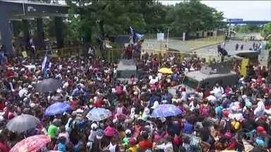 Mais de 4 mil imigrantes chegam à fronteira da Guatemala com o México em direção aos EUA - Grupo que se desloca desde sábado em direção aos Estados Unidos entrou em confronto com a polícia mexicana