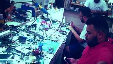Mercado clandestino desbloqueia celulares irregulares nas ruas e até em lojas - Fantástico flagrou rede ilegal para reativar aparelhos irregulares. Crime é cometido à luz do dia.